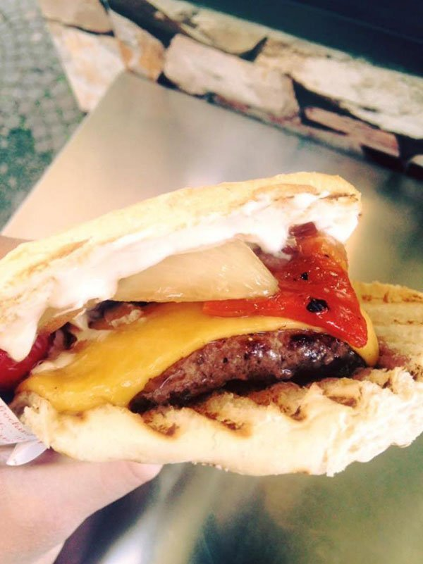 Un panino con carne e formaggio sciolto