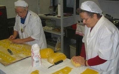 signore preparano tortelli di patate