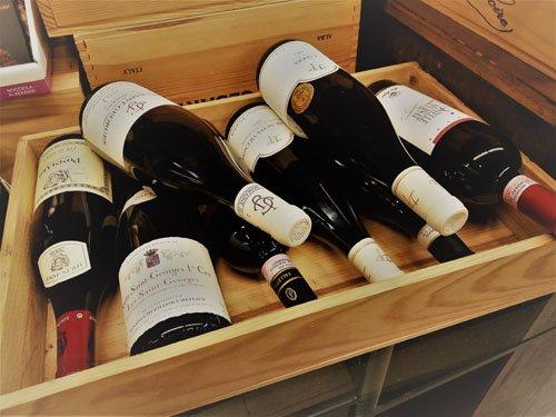 bottiglie di vino una sopra l'altra