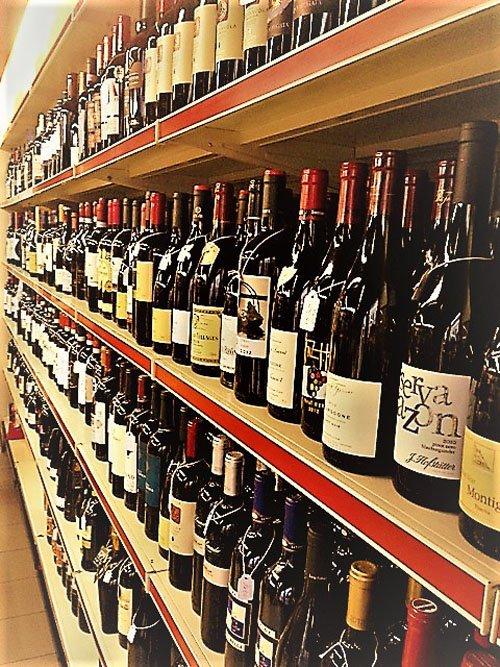 scaffale di vini