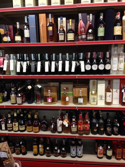 scaffale con bottiglie di liquori