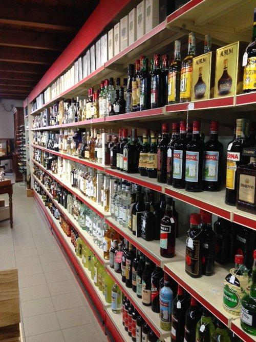 scaffale di vini e liquori