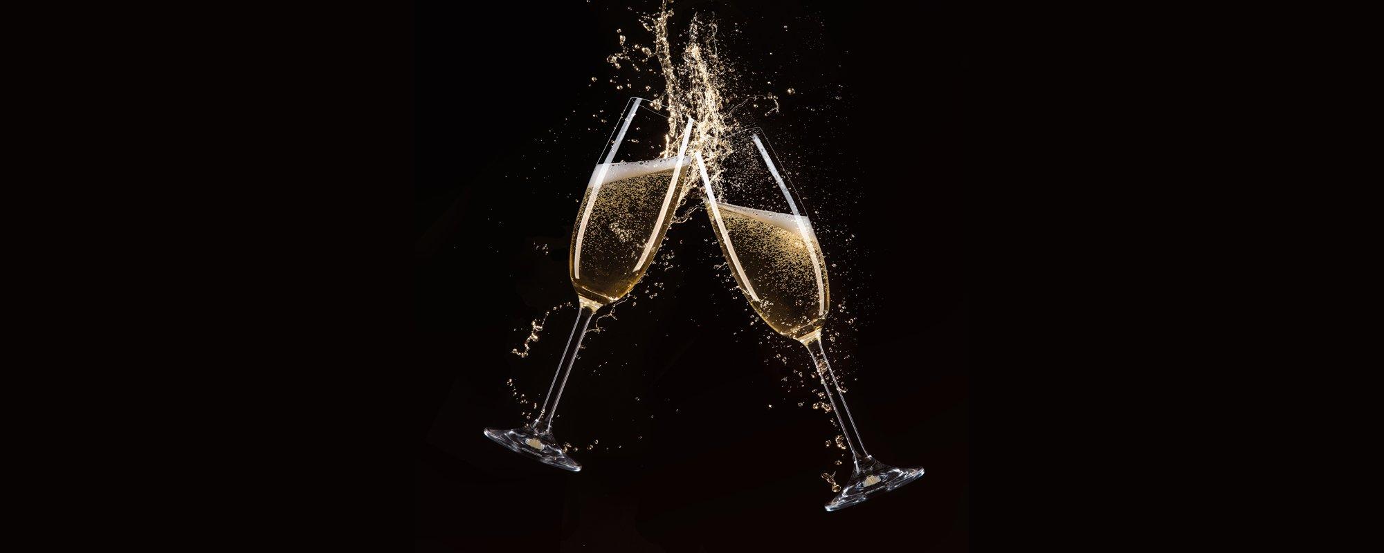 brindisi di due bicchieri di champagne