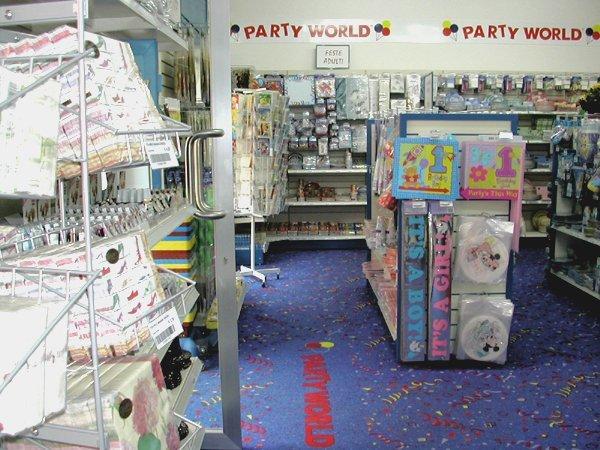 corridoio negozio con prodotti per le feste