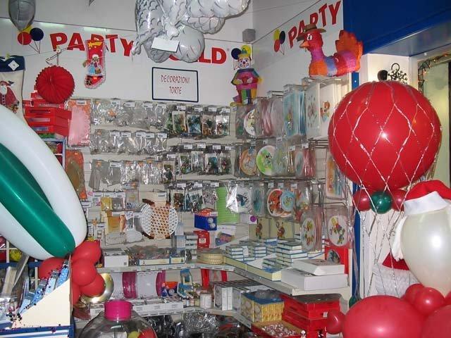 angolo con decorazioni torte e palloncini