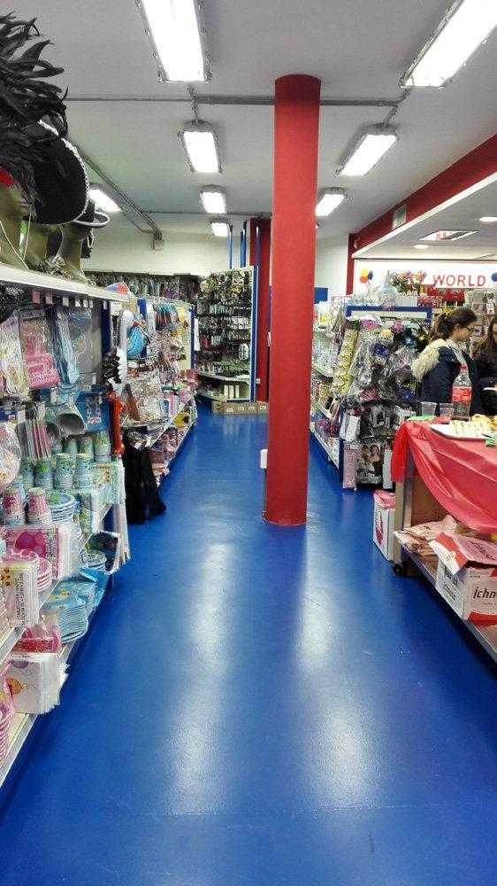 corridoio di un negozio con colonna rossa in mezzo