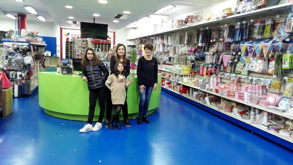 clienti davanti a un bancone di un negozio di giocattoli