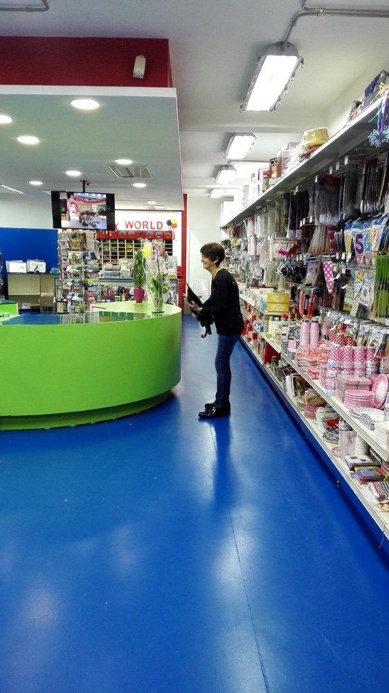 persona in mezzo a un corridoio di giocattoli che ride