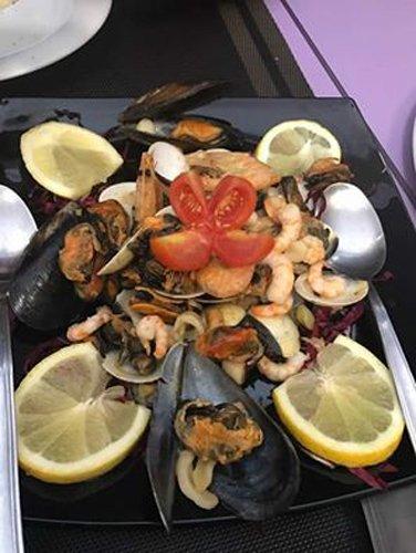 Cozze e frutti di mare con limone