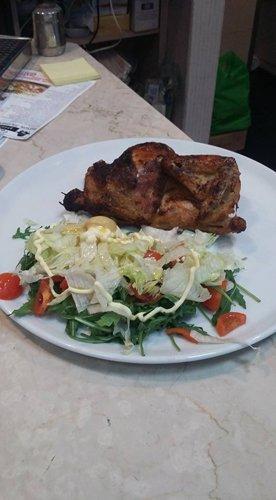Piatto di pollo con l'insalata di verdure