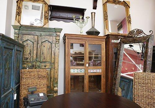 dei mobili antichi in legno