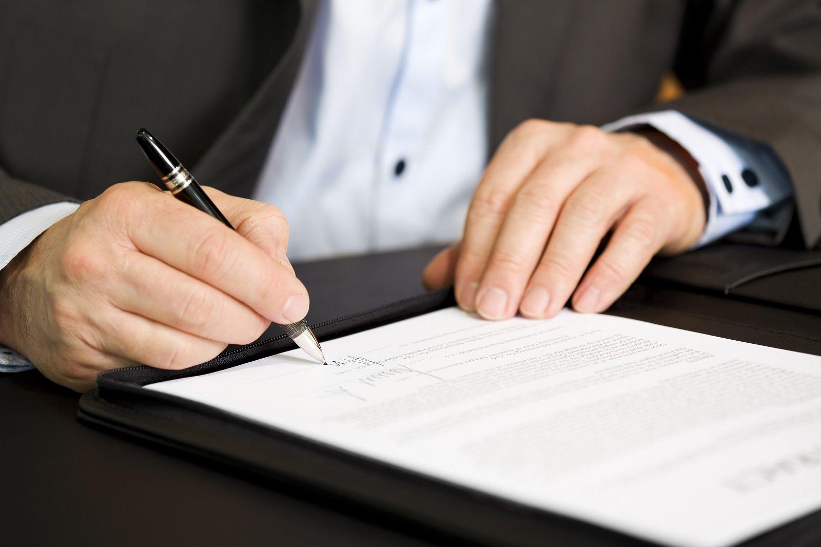un avvocato firma dei documenti