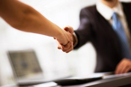 stretta di mano tra cliente e avvocato