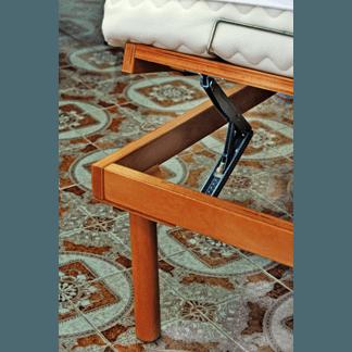 Materasso su un letto in legno