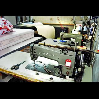 macchina da cucire con materasso e forbice