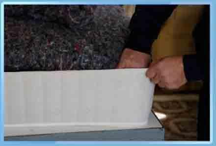 operai mentre sistema di cotone per materassi