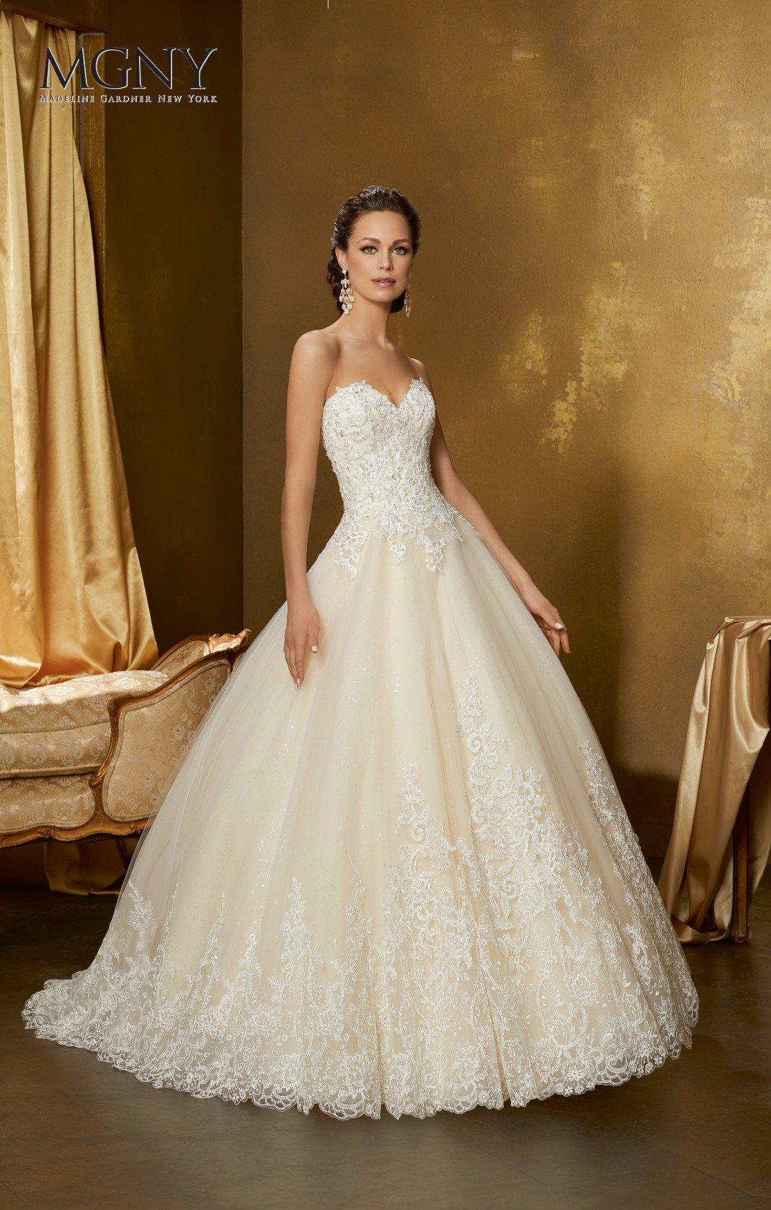 Sposa con abito bianco stretto