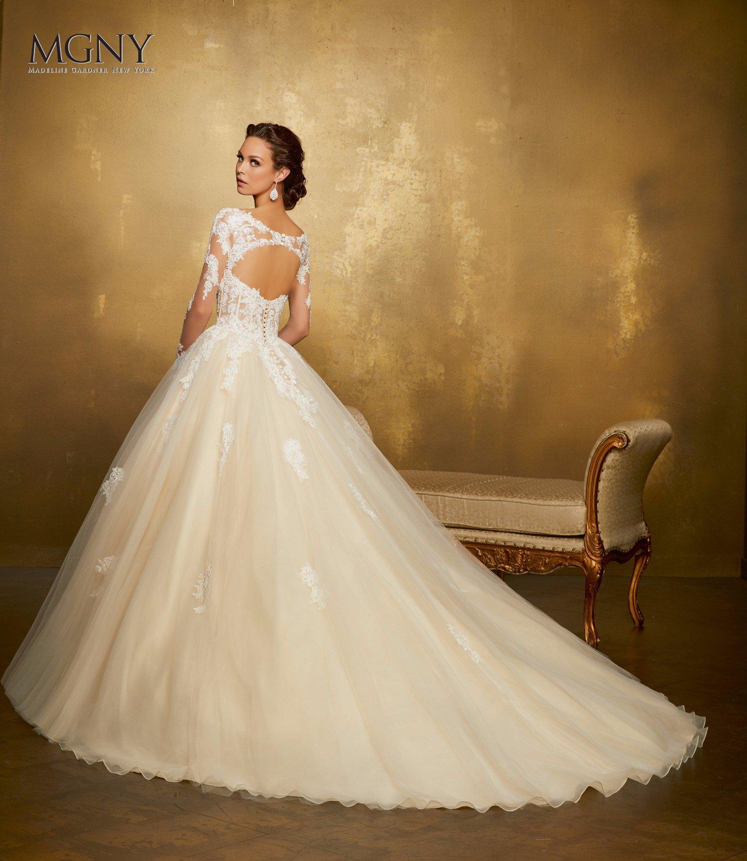 Donna pronta a sposarsi che si prova l'abito perfetto
