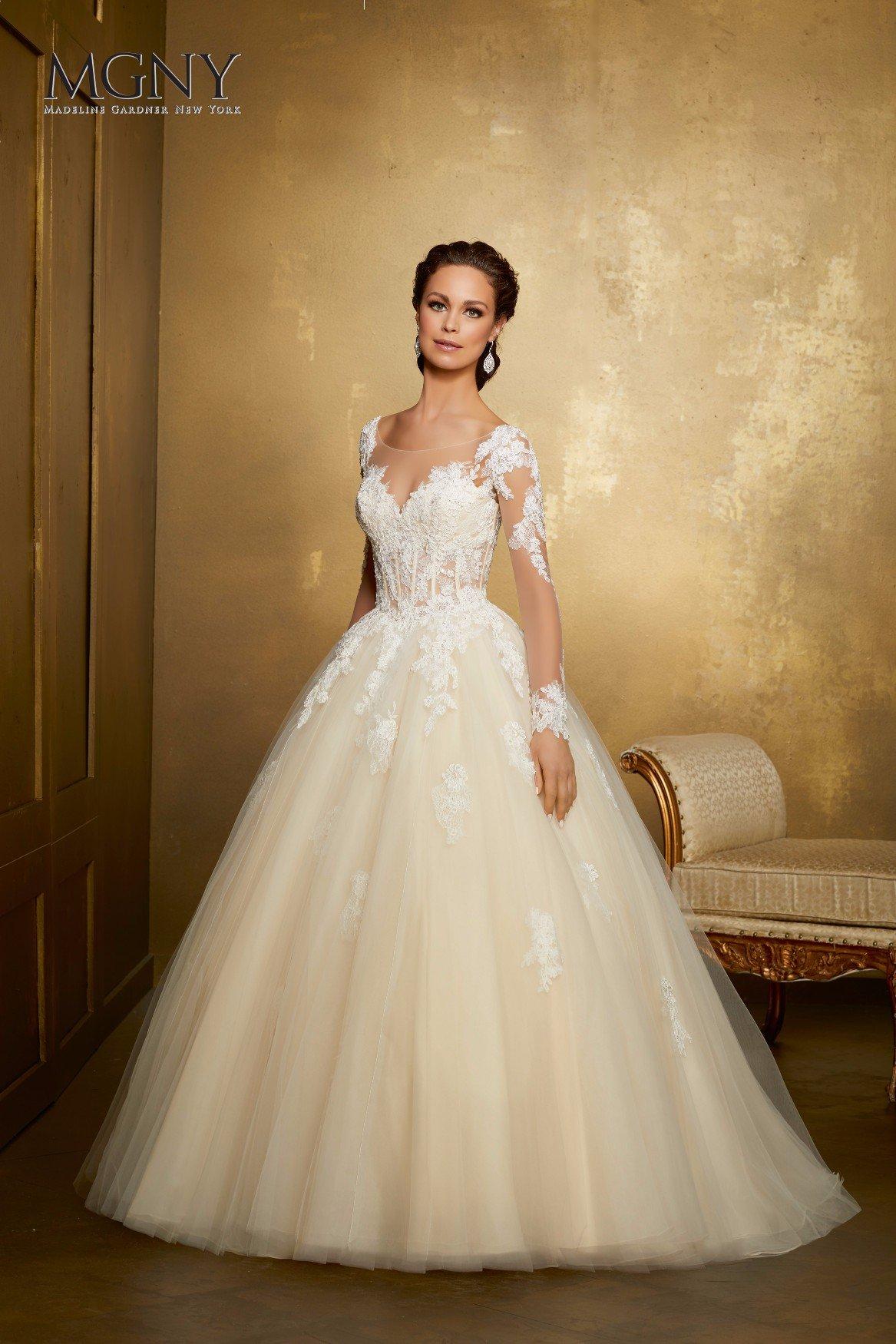 Sposa con abito da sposa ricamato in oro