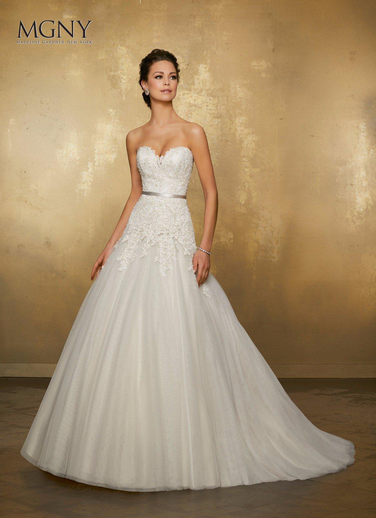 Una donna che si prova un abito da sposa bianco molto elegante