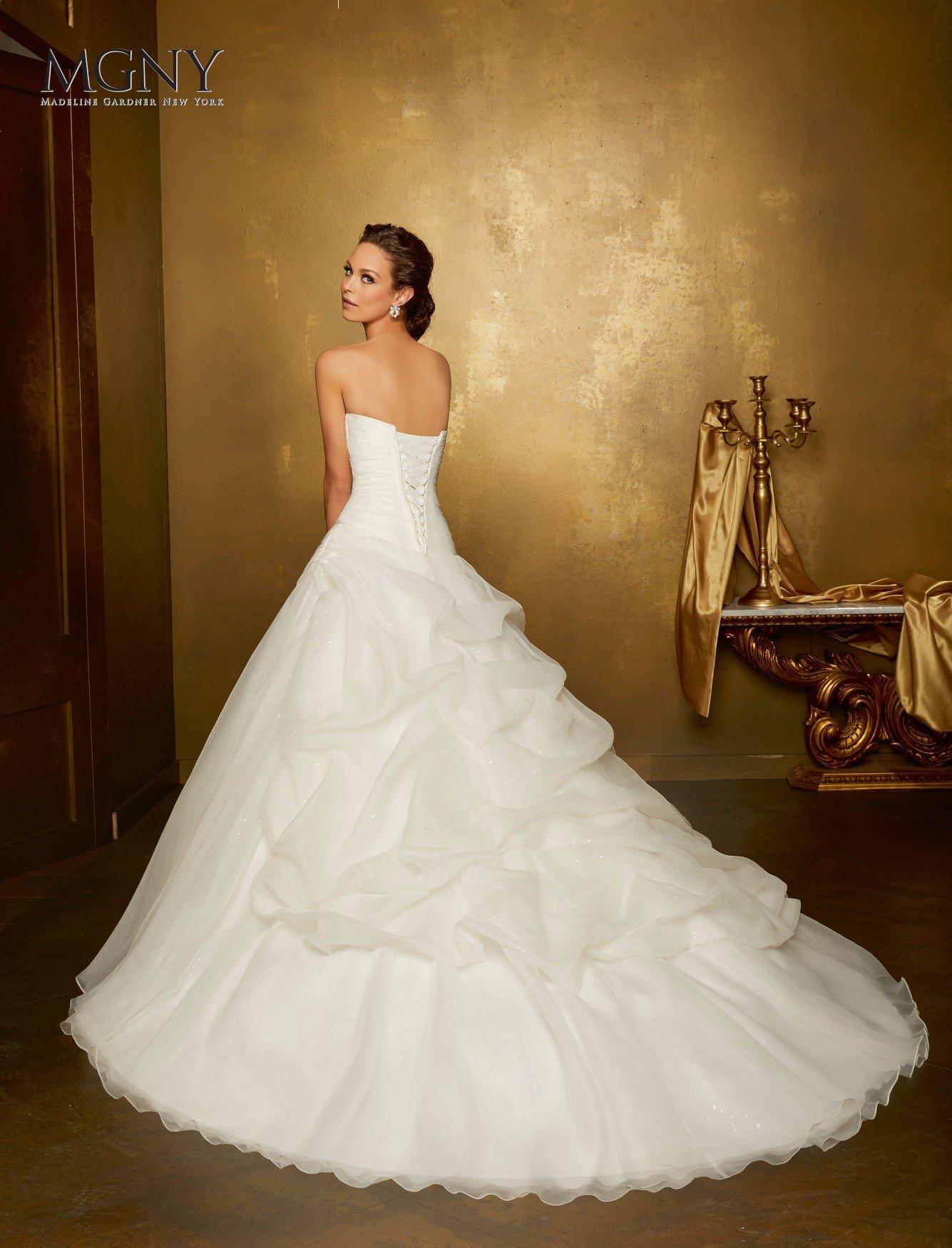Una sposa felice nel suo nuovo abito bianco