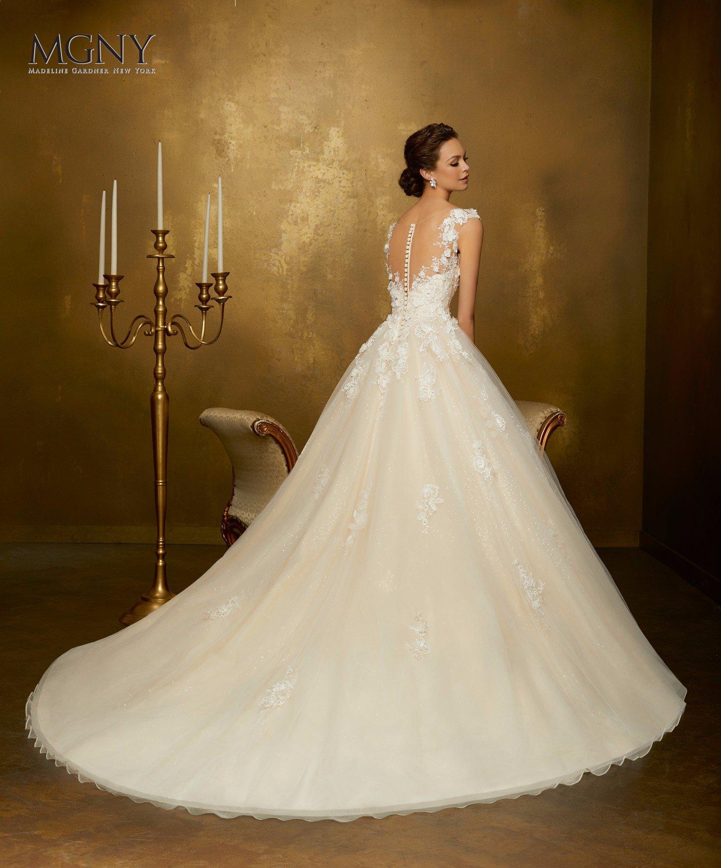 Una donna sorride felice indossando il suo abito da sposa