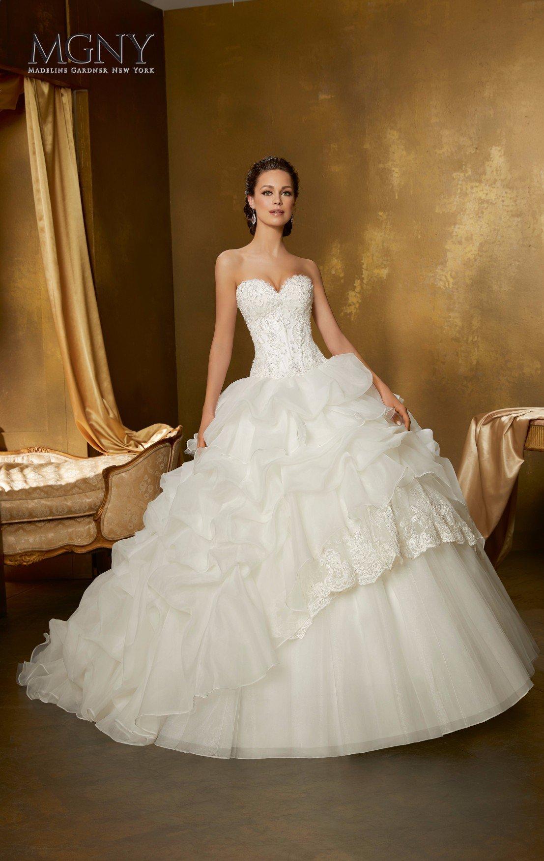 Bellissimo abito da cerimonia bianco, perfetto per donne more