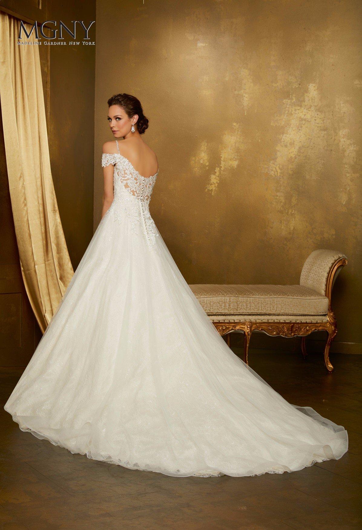 Elegante abito da sposa bianco pronto per il matrimonio