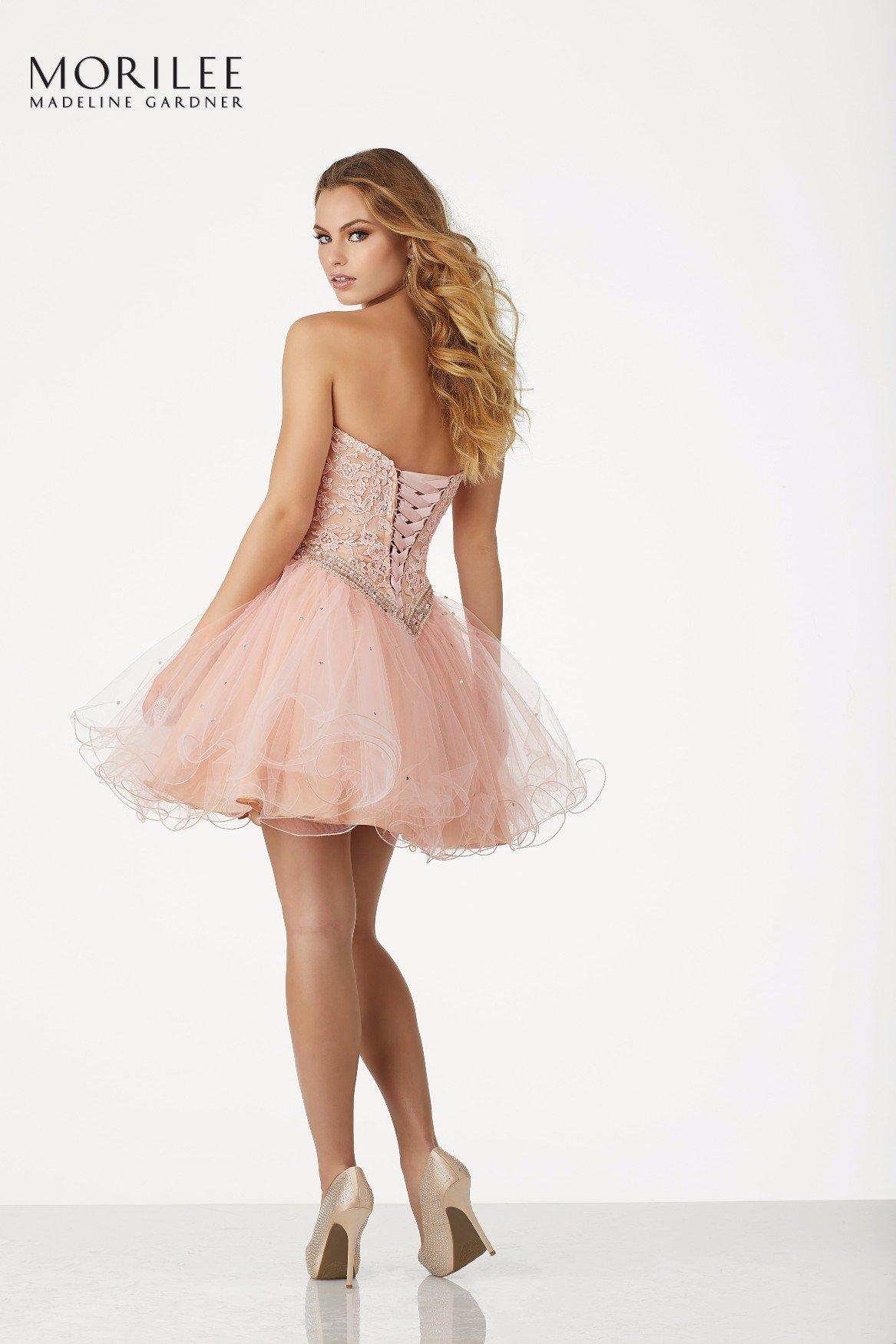 Damigella con abito rosa chiaro