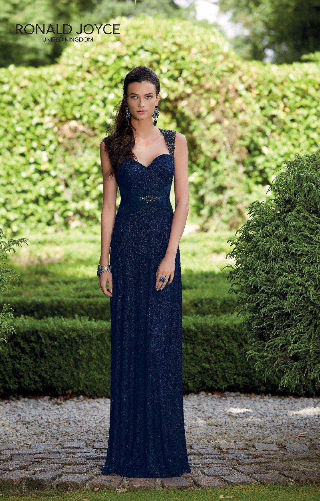 Una damigella indossa il suo abito blu lungo fino alle caviglie