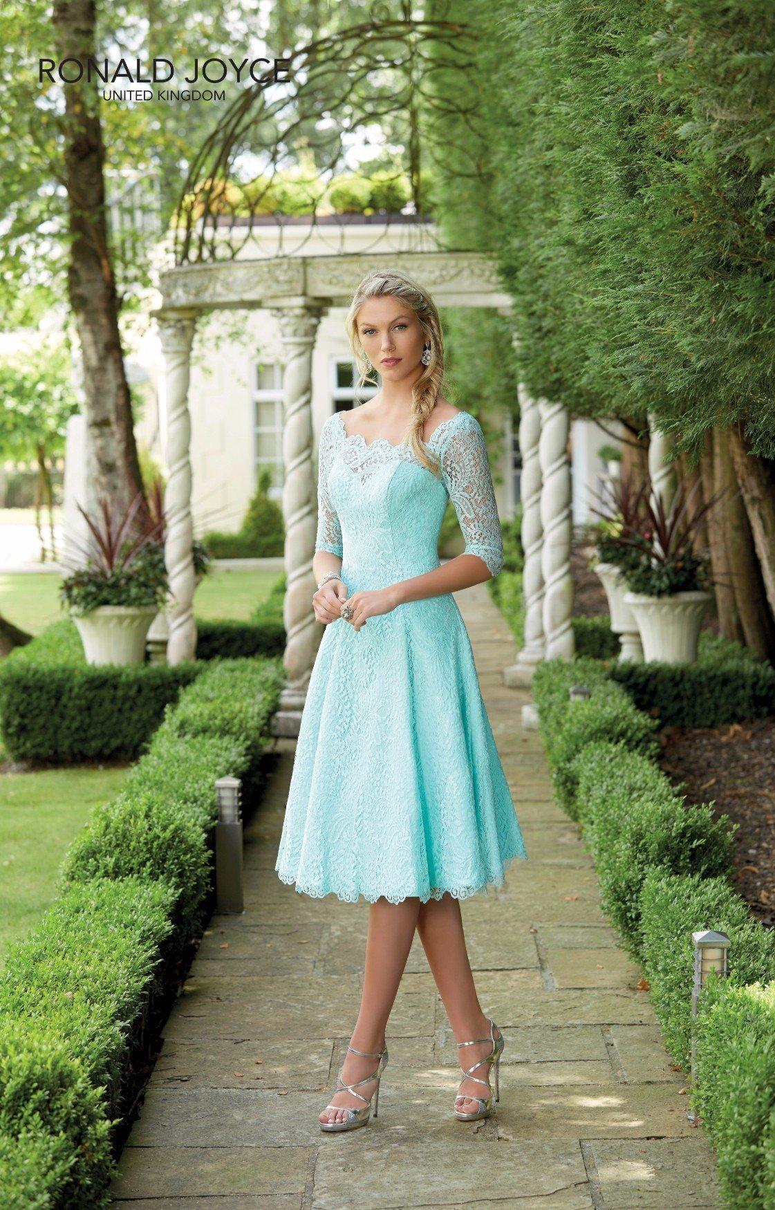 Completo da damigella in celeste, scarpe e vestito elegante