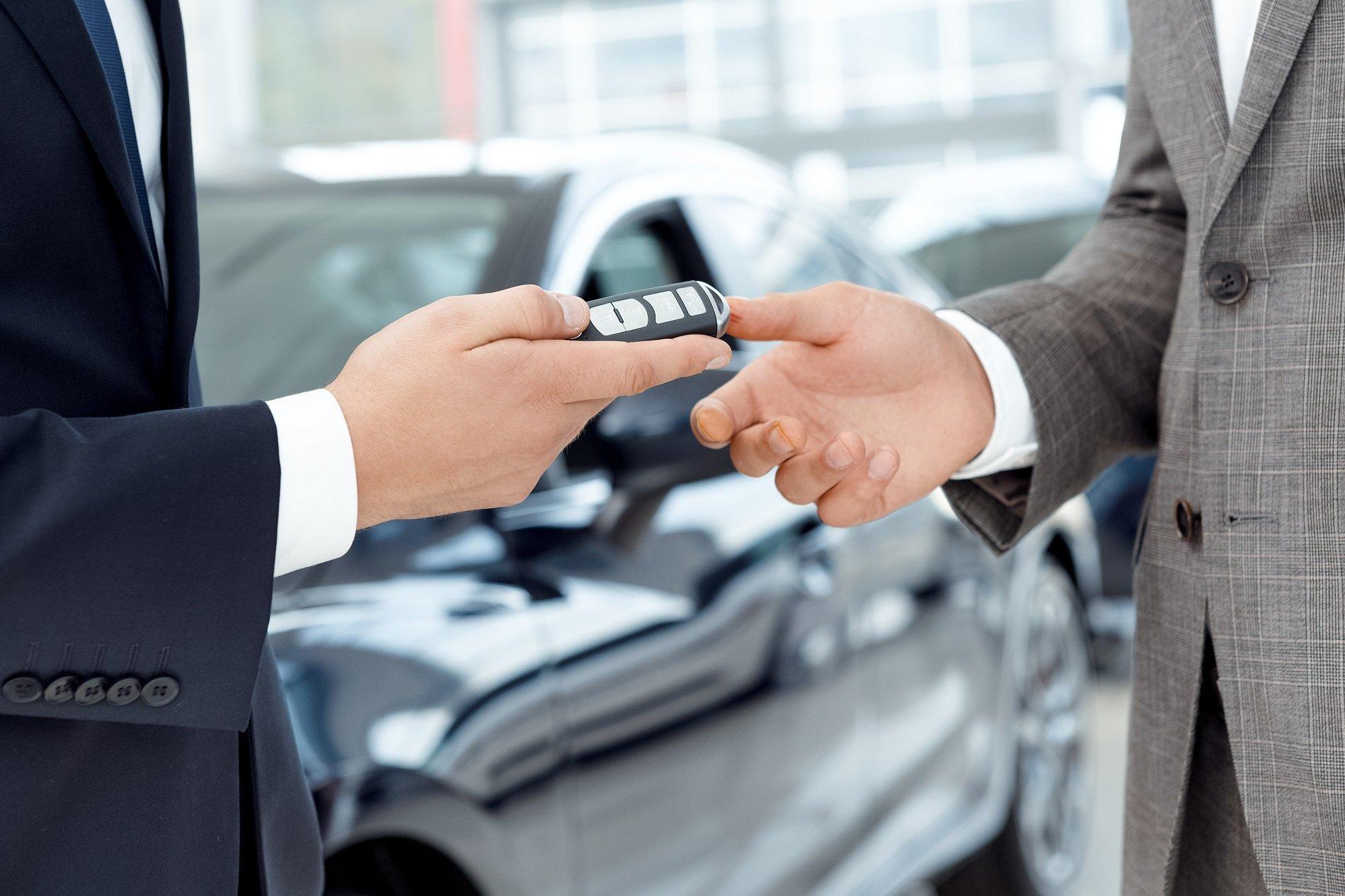 la consegna delle chiavi della macchina