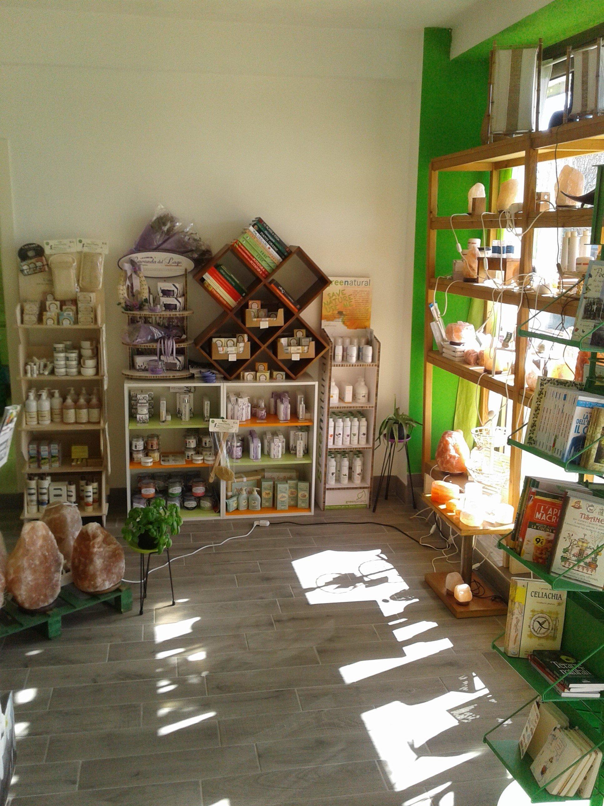 interno di un negozio con degli scaffali in legno con degli oggetti