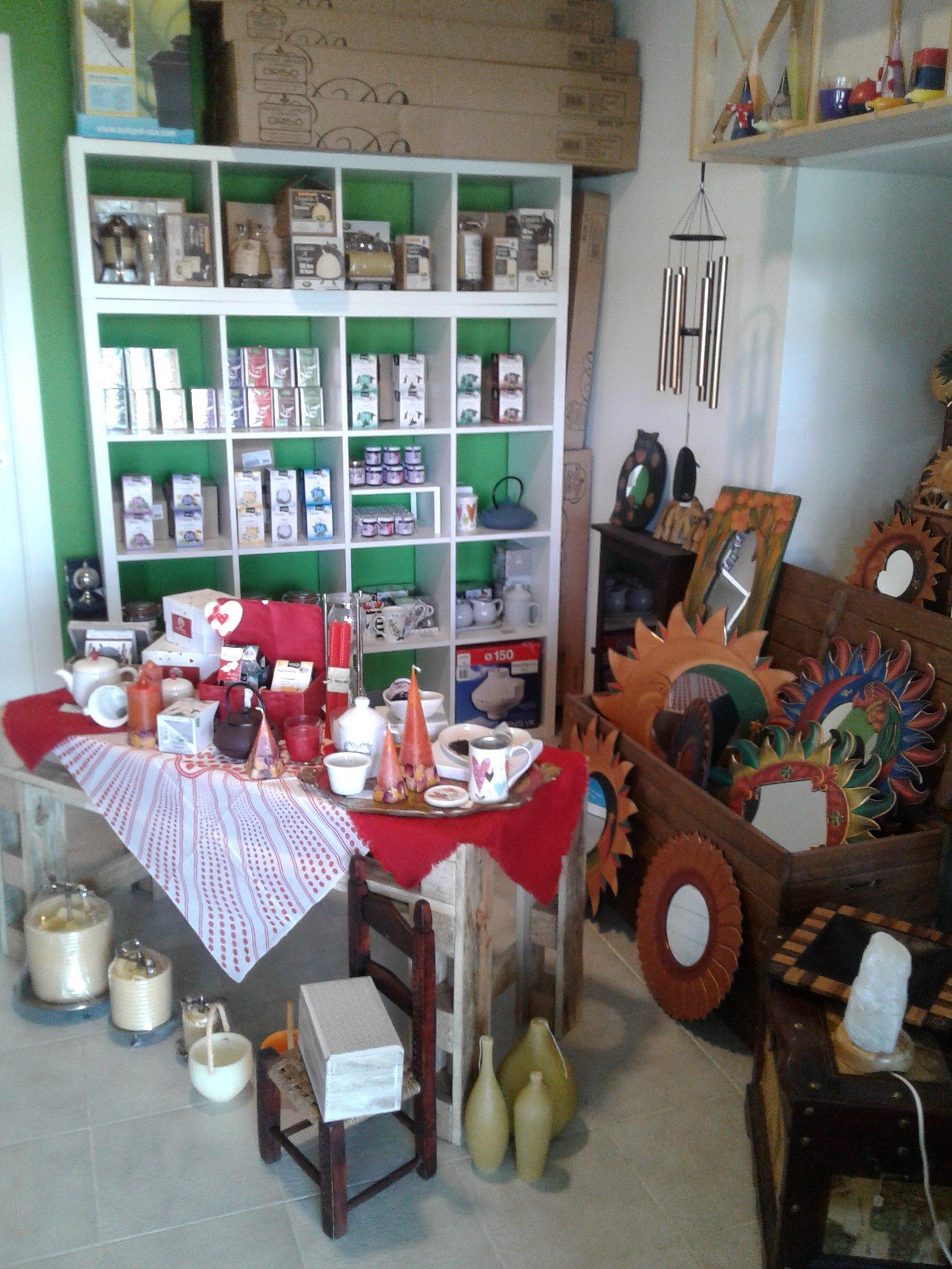 uno scaffale, un tavolo e un carriola di legno con dentro degli oggetti