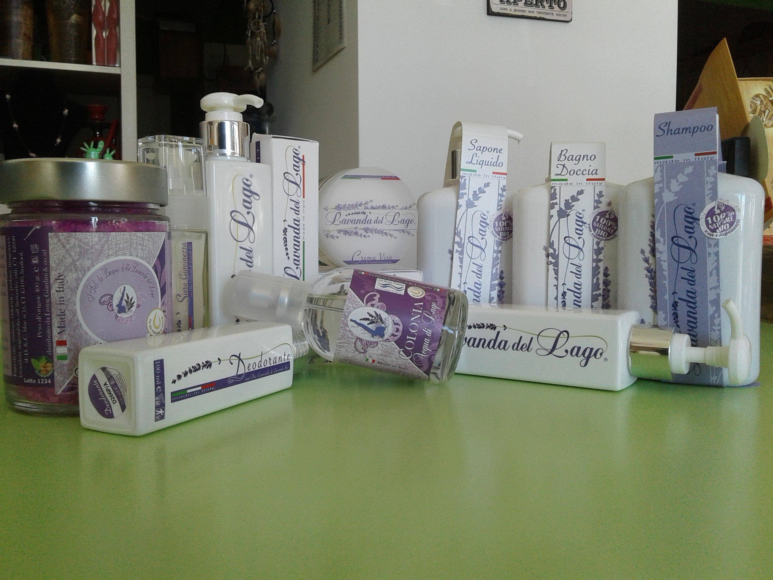flaconi barattoli e confezioni di cartone di prodotti per la cura del corpo