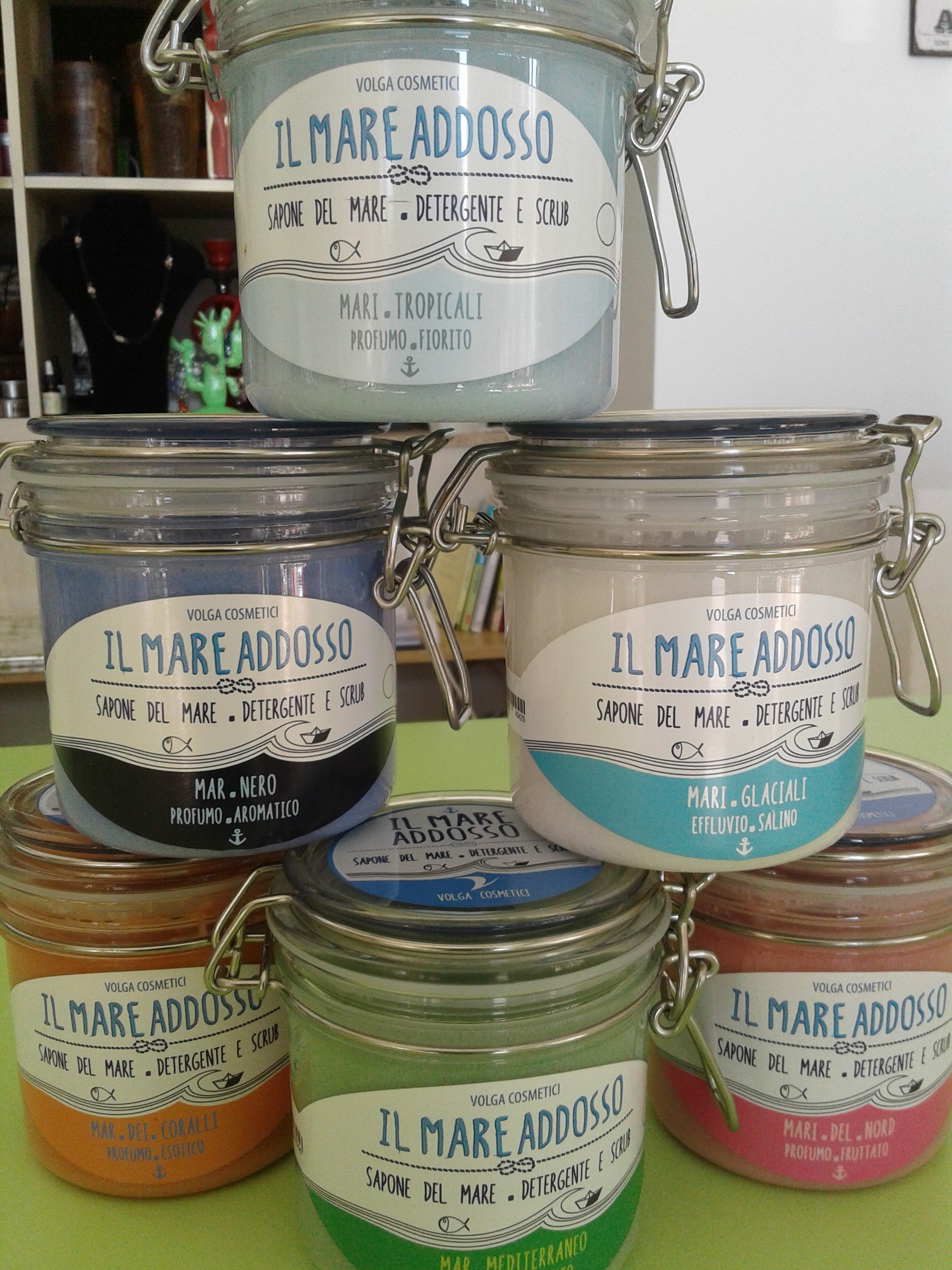dei barattoli con dei prodotti gel di diversi colori