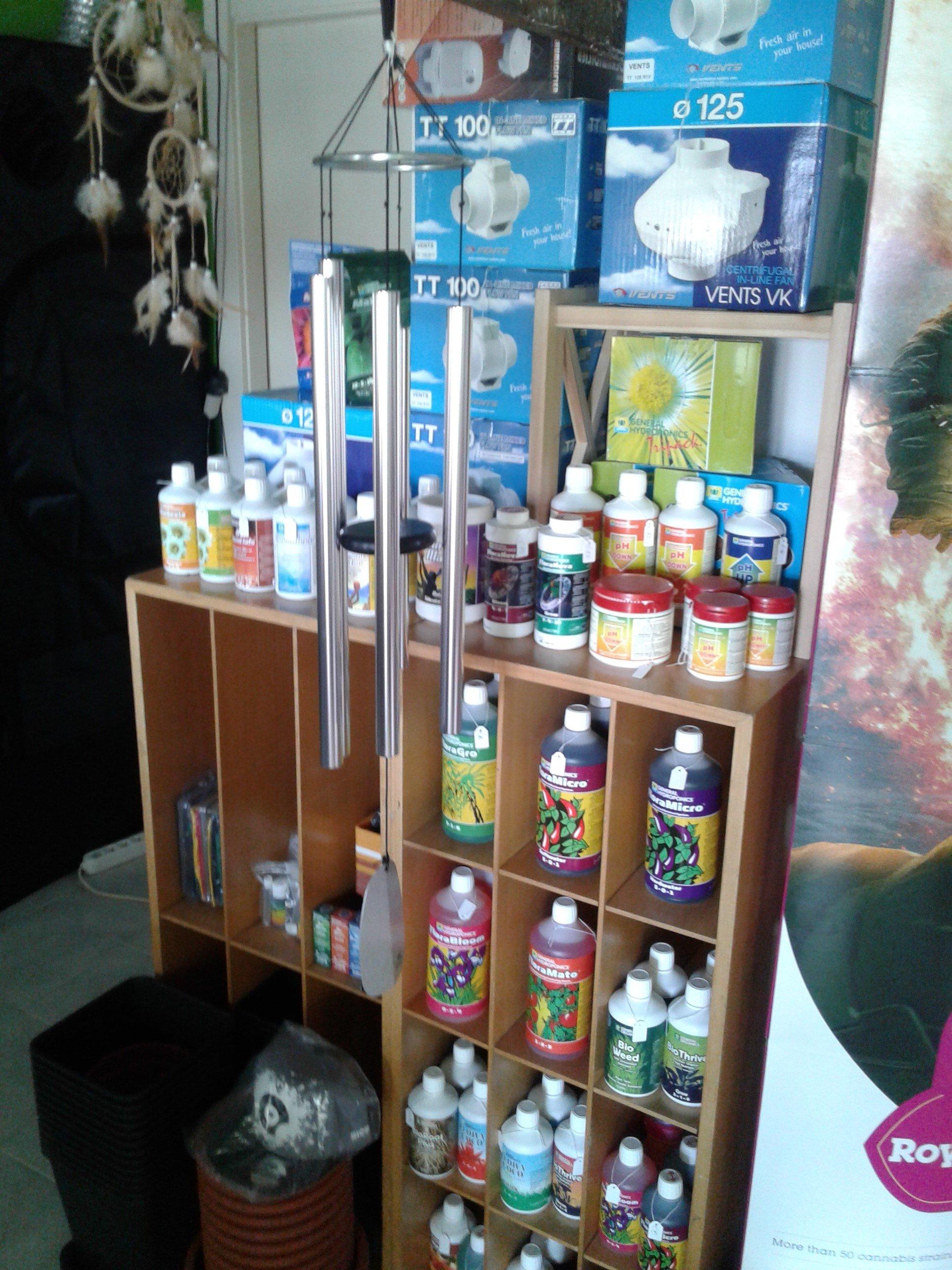 uno scaffale con delle boccette,flaconi e confezioni di prodotti