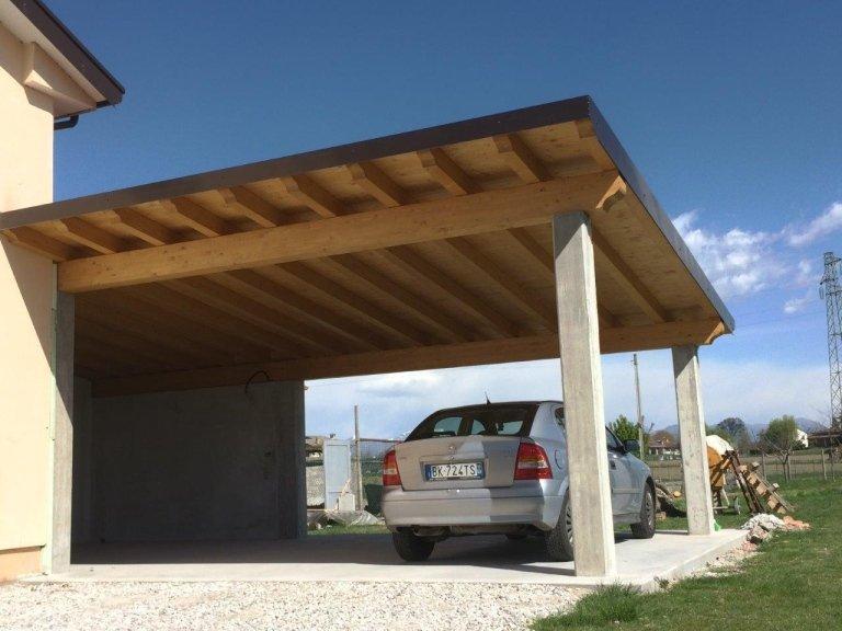 portico con copertura perline e colonne in cemento