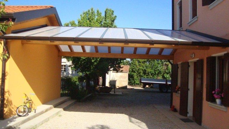 portico a due falde con copertura in policarbonato compatto