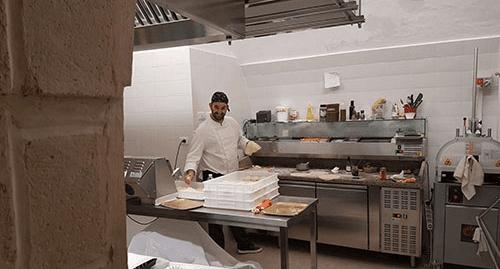 cucina con cuoco che prepara take away pugliesi a Bari