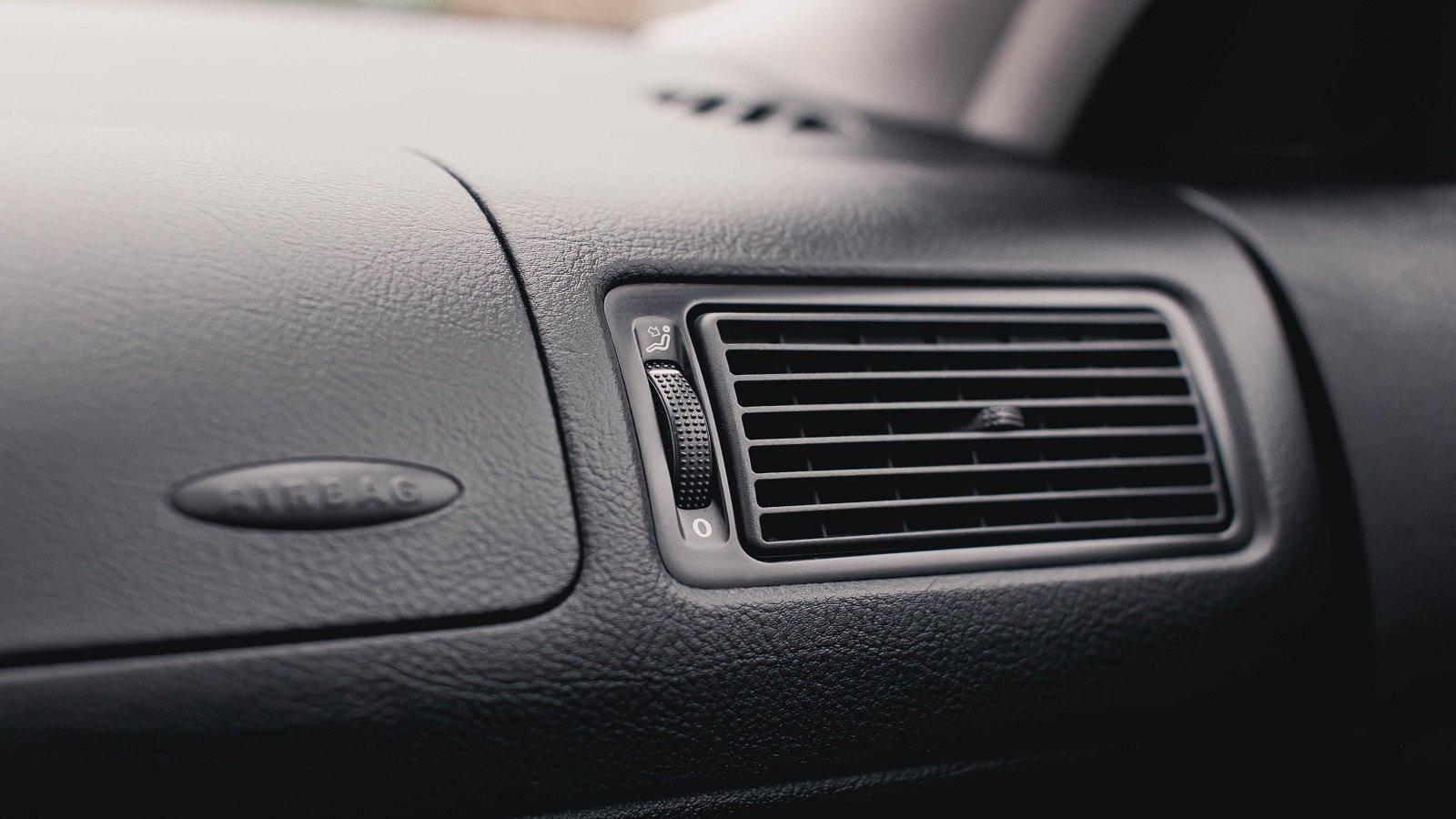 Nell'autofficina  cambiano i filtri dell'aria condizionata