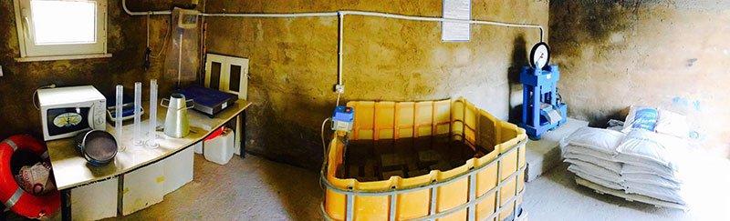 vista di una vasca chimica gialla in una specie di laboratorio