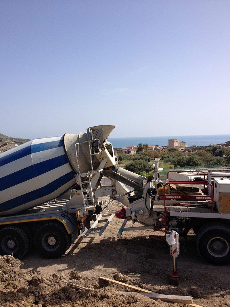 vista di una betoniera e un altro mezzo da lavoro