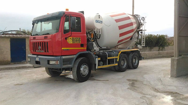 un camion betoniera di color rosso