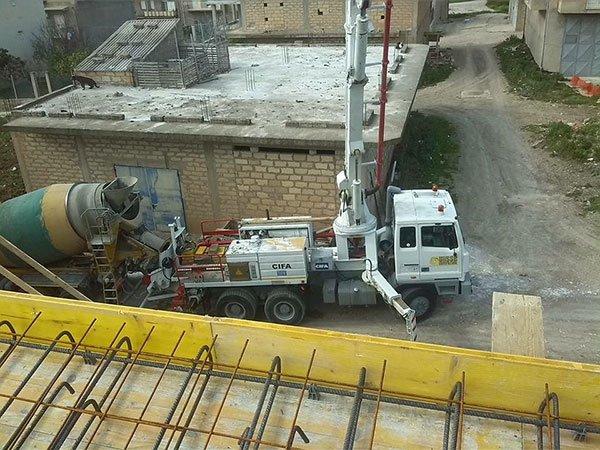 vista dall'alto di un camion da lavoro e una betoniera