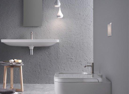 un bagno con sanitari moderni e pareti di color grigio