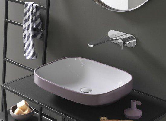 un lavabo rettangolare e un rubinetto moderno in acciaio