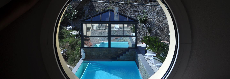 vista della piscina da una fessura cilindrica