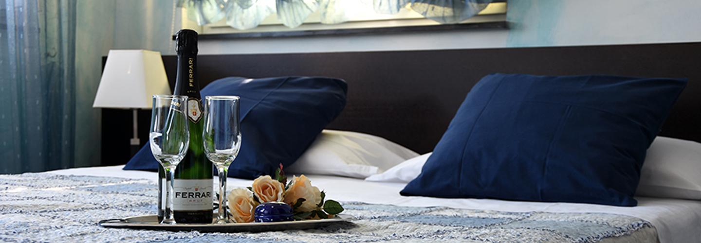 letto matrimoniale con colazione in camera