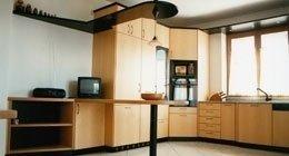 Cucina in legno con isola